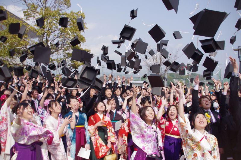 sinh viên Nhật Bản mặc gì trong lễ tốt nghiệp
