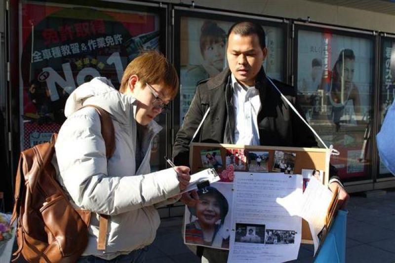 anh Lê Anh Hào đang huy động chữ ký tại ga Kashiwa