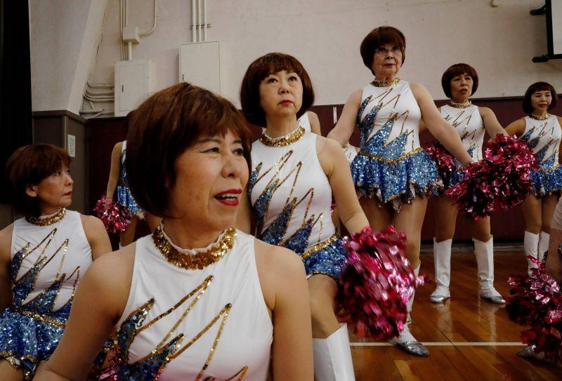 đội hoạt  náo viên tóc bạch kim tuổi đời trên 55 ở Nhật